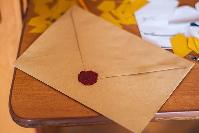 Kurier czy poczta - jak wysłać paczkę do Anglii?